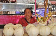 Laos - kobieta i jej kokosy.