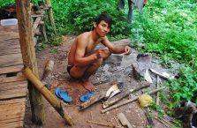 Laos - chłopak w dżunglii.