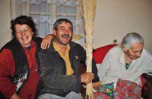 Armenia - rodzina śmieje się z babci.