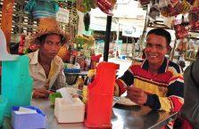 Kambodża - ludzie przy posiłku.