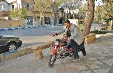 Iran - wesoły facet ze starym motorem.
