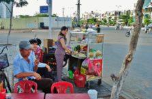 Wietnam - ludzie na straganie ulicznym.