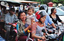 Kambodża - kobiety na motorowerze.