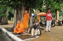 Kambodża - ludzie czekający na rykszę.