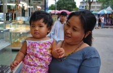Tajlandia - kobieta z dzieckiem.