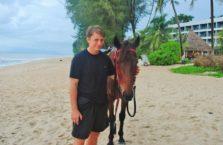 Malezja - z koniem na plaży.