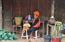 Birma - babcia z wnuczką.