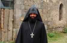 Armenia - ksiądz.