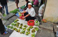 Malezja - mężczyzna i jego mango.