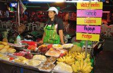 Tajlandia - kobieta sprzedająca naleśniki w Krabi.