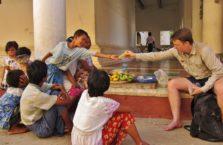 Birma - jestem tak miły, że dzielę się mango.
