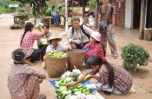 Birma - ludzie na bazarze daleko od miasta.