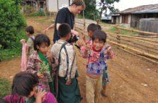 Birma - chłopcy ziekawi moich zdjęć.