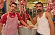 Liban - mężczyźni w sklepie mięsnym.