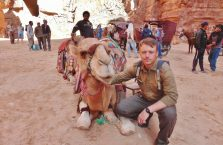 Jordania (Petra) - zdjęcie z wielbłądem.