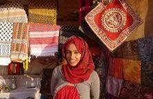 Jordania - Arabka przed jej sklepem.