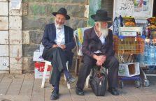 Izrael - dwóch żydów na ulicy.