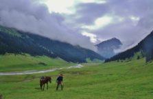 Kirgistan - prowadzę konia przez pasmo górskie Altyn Arashan.