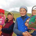 Kirgistan - kobiety z dziećmi nad jeziorem Song-Kol.