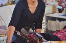 Uzbekistan - kobieta na bazarze.