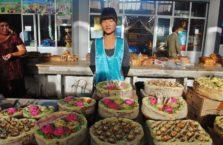 Uzbekistan - sprzedawczyni ciast w Nukus w Karakalpakstanie.