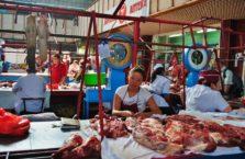 Kazachstan - dziewczyna w mięsnym w Almaty.