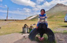 Kirgistan - dziewczynka na Trasie Pamirskiej.