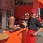 Uzbekistan - sprzedawca kebabów.