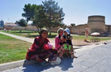 Uzbekistan - kobiety i dziecko; Samarkanda.