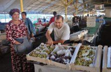 Uzbekistan - mężczyzna na bazarze.