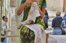 Uzbekistan - młoda kobieta przy szydełkowaniu.