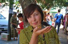 Kazachstan - kobieta z kurczakiem.