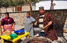 Uzbekistan - wyrabiacz samsy oraz jego tradycyjny gliniany piec.