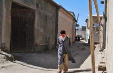 Uzbekistan - dziadek na spacerze w mieście Bukhara.