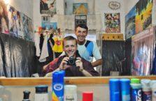 Uzbekistan - z moim fryzjerem w mieście Bukhara.