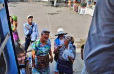 Kazachstan - sprzedawcy wody nad peronie.