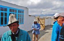 Tadżykistan - ludzie we wsi Karakul.
